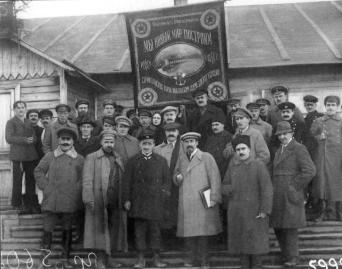 A.I. Rykov, chearman of Council of People's Commissars, and G.O. Graftio with administration of the Leningrad Oblast at Volkhovstroy. Photograph of the 1920s
